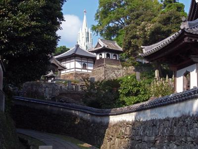 02寺院と教会の見える道.jpg